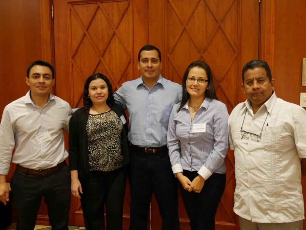 Miembros de la delegación de El Salvador presentes en el curso de USAID. De izquierda a derecha: Dr. Samuel Ulices Velasquez, María de Los Ángeles Moreno, Dr. Luis Antonio Castillo Durán, Dra. Altagracia Xochitl Panameño Romero y el Dr. Ulises Nolasco.
