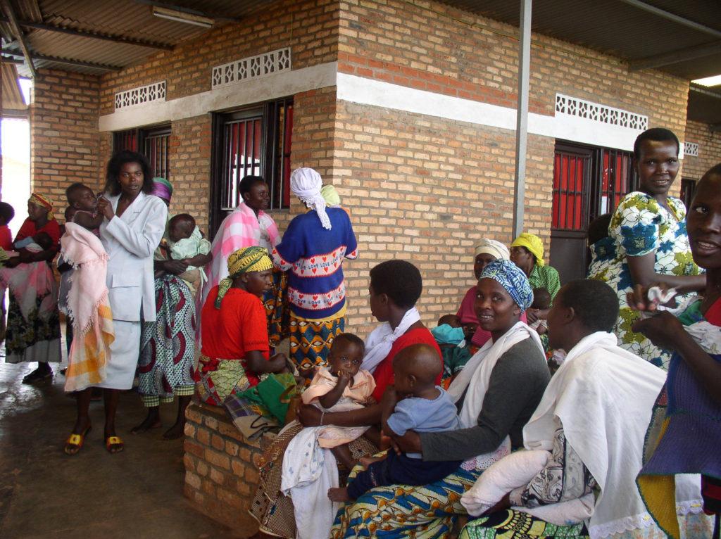 Les femmes attendent avec leurs enfants pour les vaccinations infantiles dans une clinique près de Kigali, au Rwanda. © 2005 Rebecca Callahan, avec la permission de Photoshare